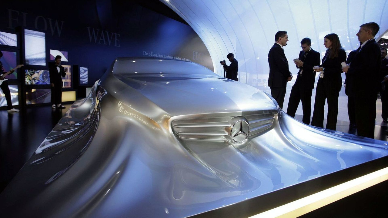 Mercedes-Benz Rising Car Sculpture live in Detroit, NAIAS 11.01.2010