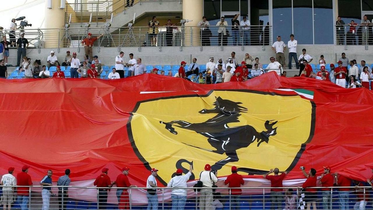 Ferrari fans with a huge flag, qualifying, Bahrain Grand Prix, 03.04.2004, Manama, Bahrain