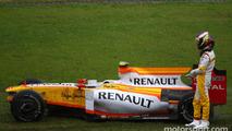 Romain Grosjean, Renault F1 Team spun out on the wet