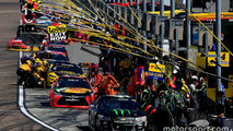 Pit stop action with Kurt Busch, Stewart-Haas Racing Chevrolet