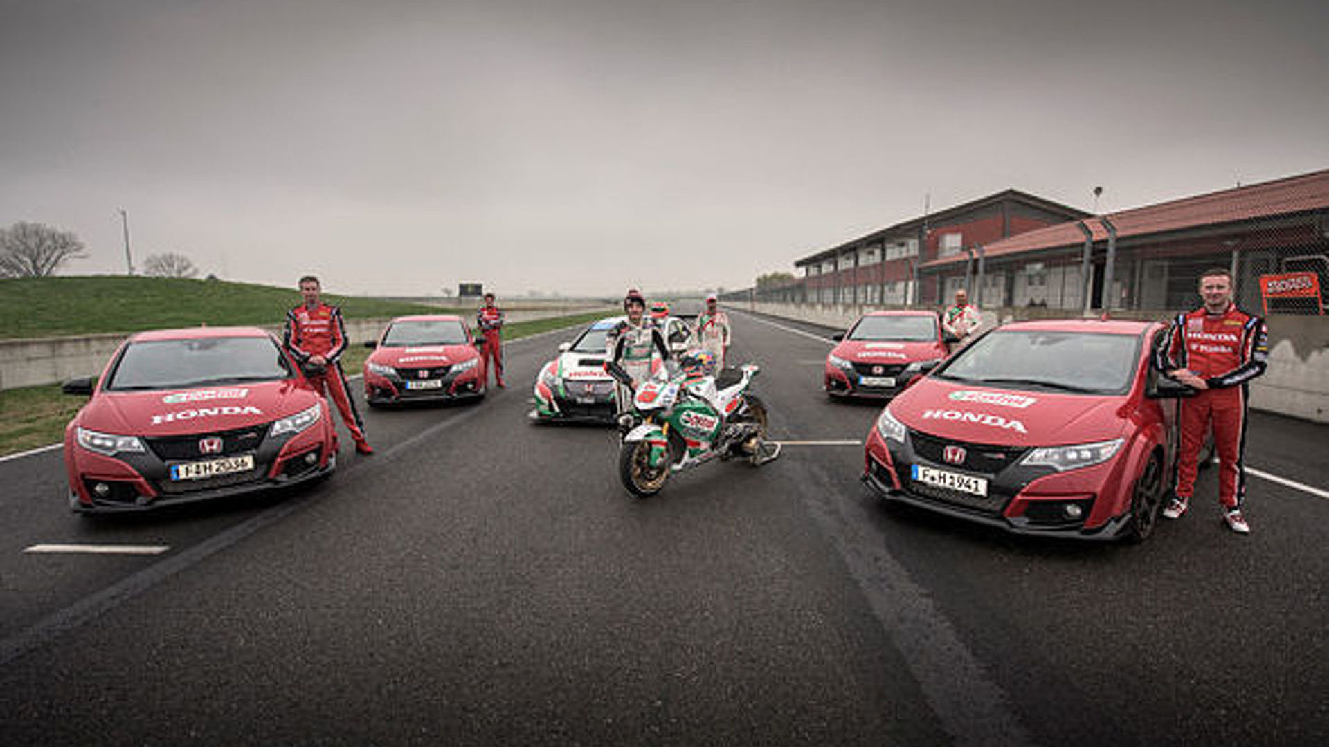 Honda pits a MotoGP Motorcycle against the Civic Type R [video]