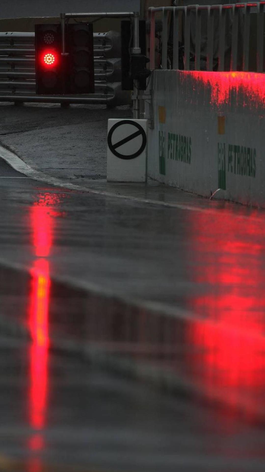 Rain starts to fall at Interlagos