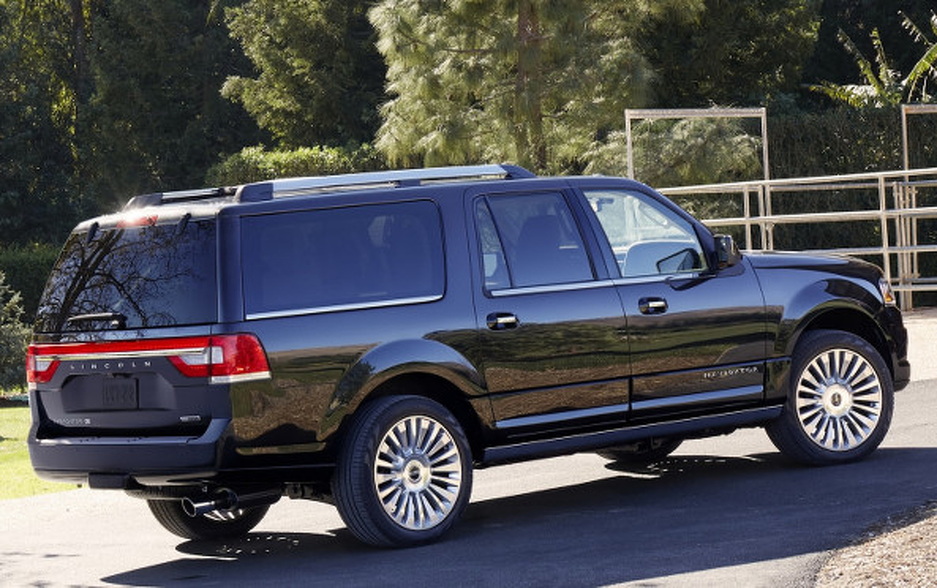 Chevy Suv Models >> The Better Deal: Lincoln Navigator or Cadillac Escalade ...