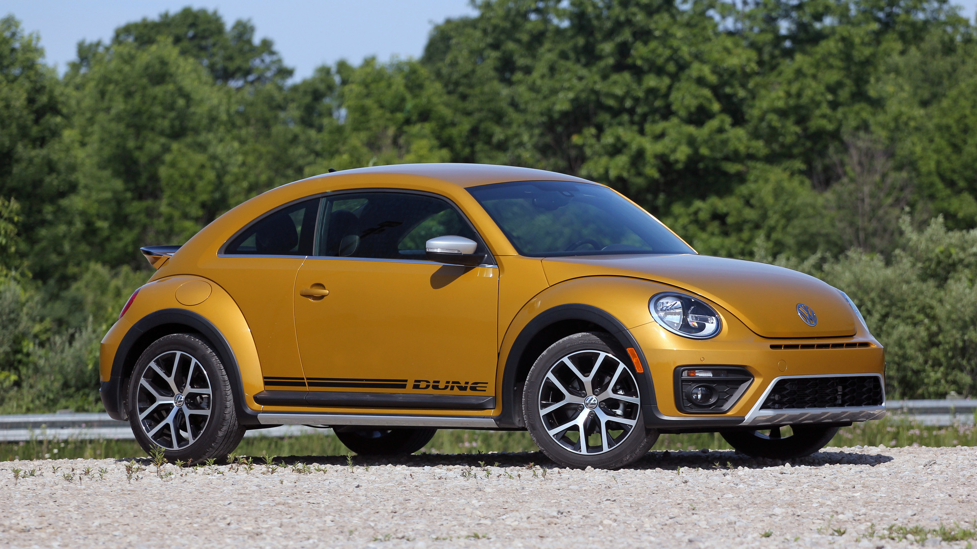 2016 vw beetle dune review a fun look that 39 s all facade. Black Bedroom Furniture Sets. Home Design Ideas