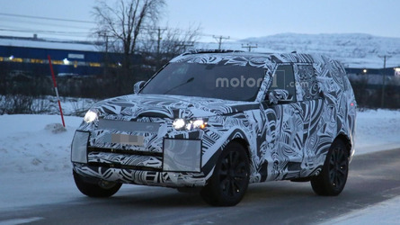 2017 Land Rover Discovery caught testing in the snow