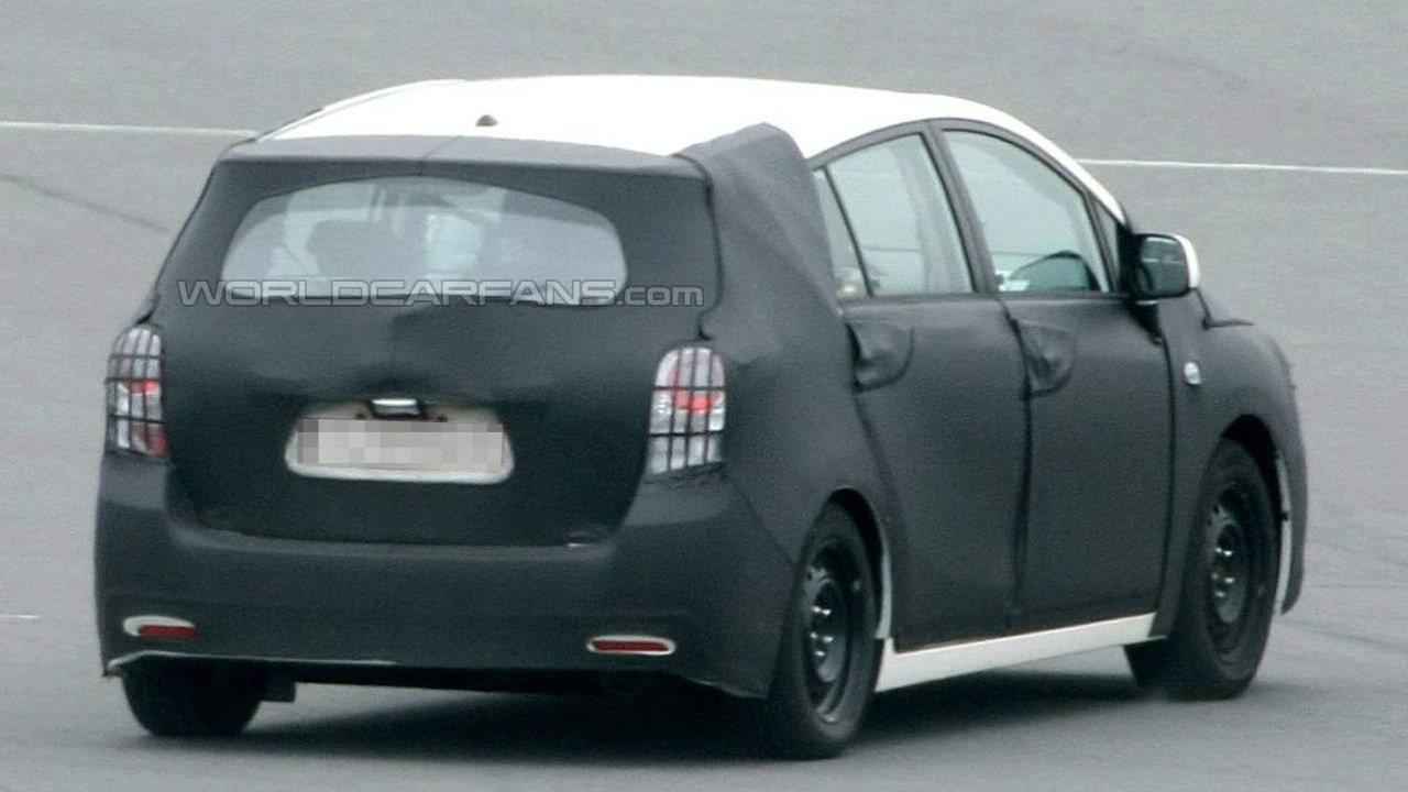 Toyota Auris Verso spy photos