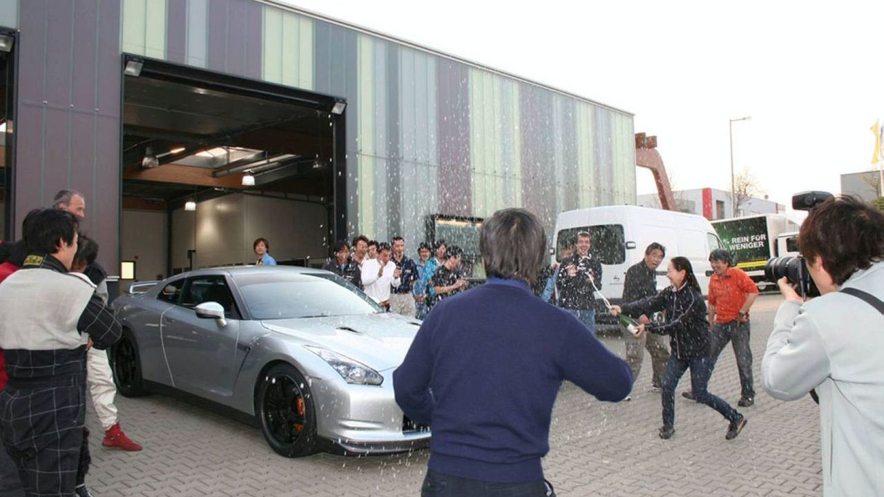 Nissan GT-R Chief Vehicle Engineer Kazutoshi Mizuno with Nissan test team