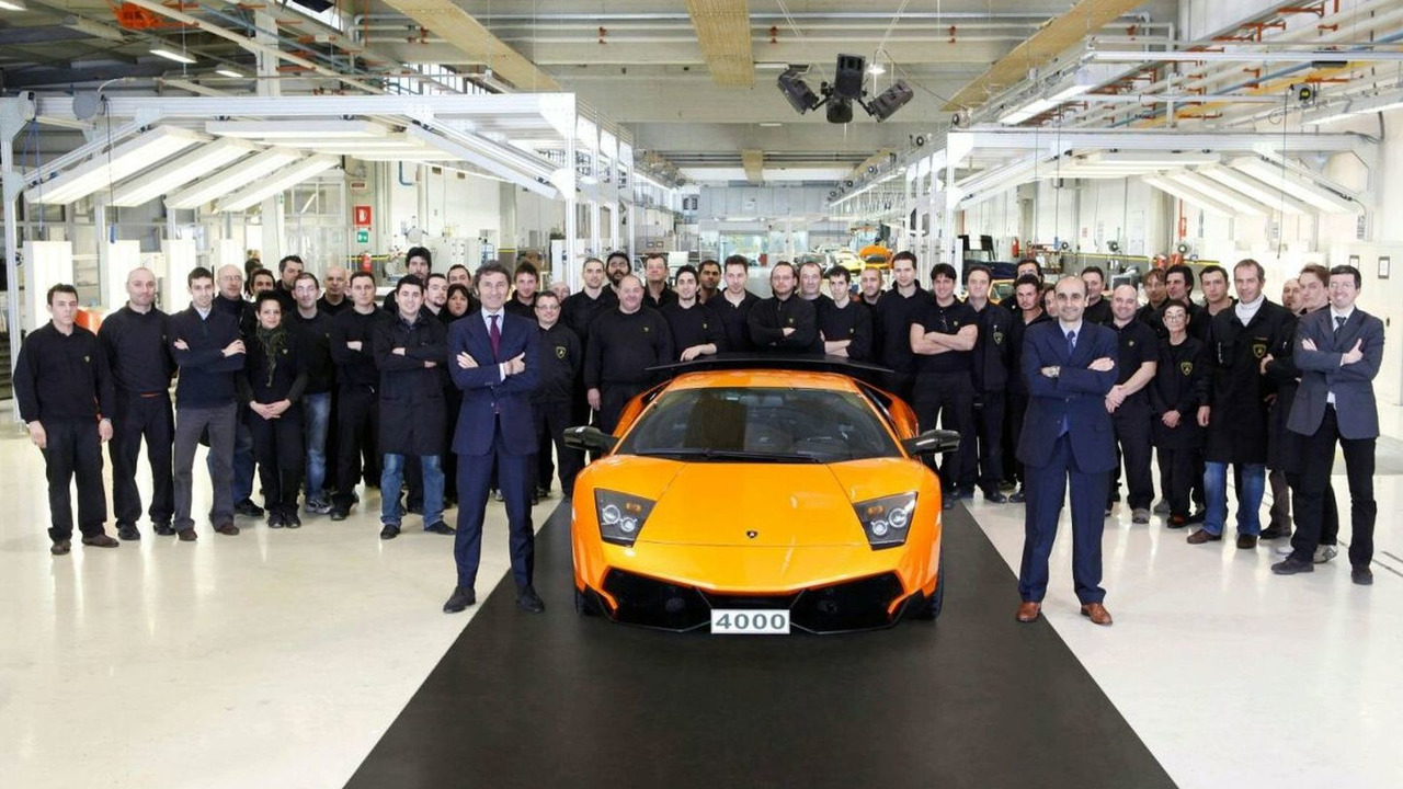 Stephan Winkelmann, CEO and President of Automobili Lamborghini, Ranieri Niccoli, Plant Director, the production team, the Murciélago 4,000, 12.02.2010