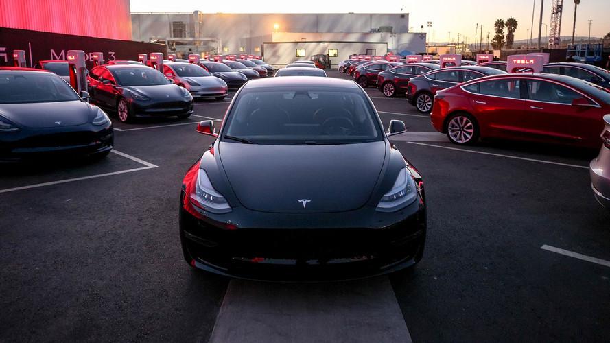 A Model 3 gyártósorán egyelőre csak lelassítva dolgoznak a robotok (videó)