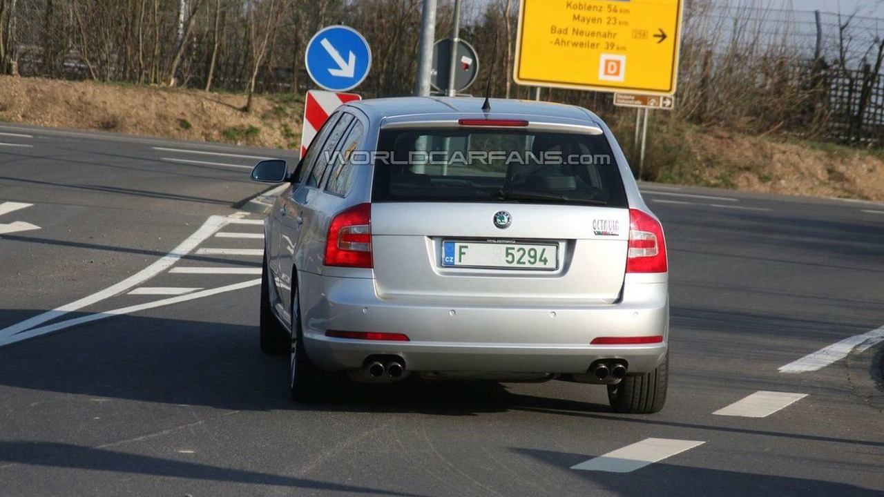 Skoda Superb Combi wagon prototype mule spy photo