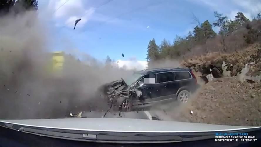 Vahşi kaza, Volvo'ların güvenliğini gözler önüne seriyor