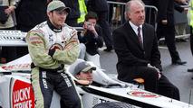 18.12.2001 Brackley, GB, Olivier Panis, Jacques Villeneuve with team chief David Richards at Dienstag (18.12.2001)