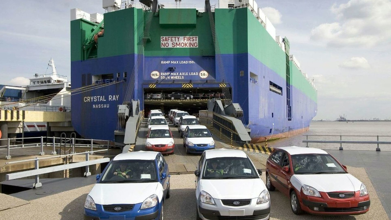 MV Crystal Ray carries 2400 Kias to Humber Sea Terminal, UK, 17.08.2005