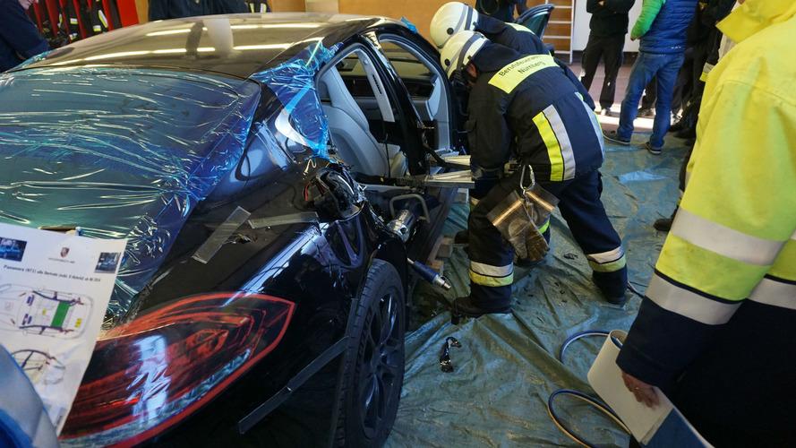 Les pompiers allemands découpent une Panamera pour un exercice !