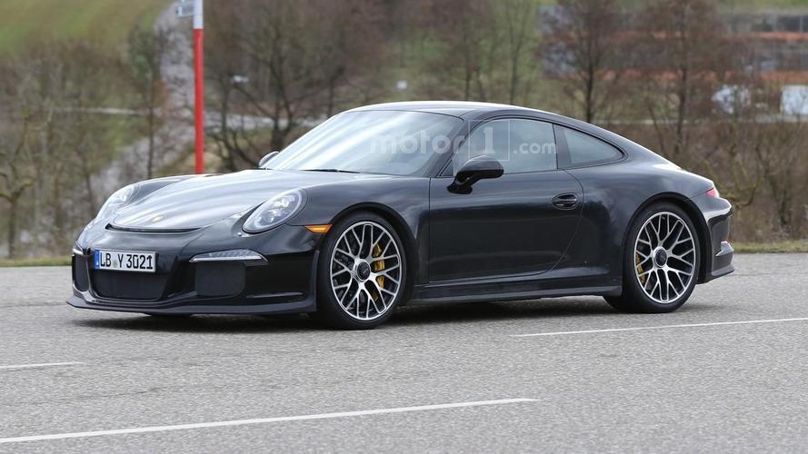 Undisguised Porsche 911 R spied with pre-facelift lights