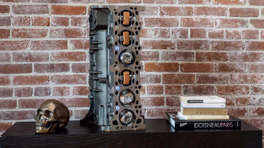 Así es el bloque motor de un BMW M3 reconvertido a expositor de relojes