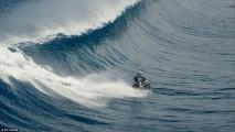 Vídeo: a incrível história do piloto que pegou onda de moto!
