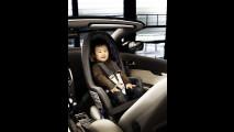 Il sedile per bambini Volvo rivolto all'indietro con un bambino di 4 anni