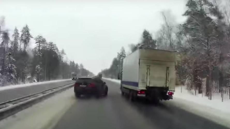 BMW X5, kamyonu yoldan çıkardı