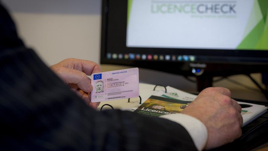 A jogosítvány érvényességén és a műszaki vizsga szabályain is változtat a kormány
