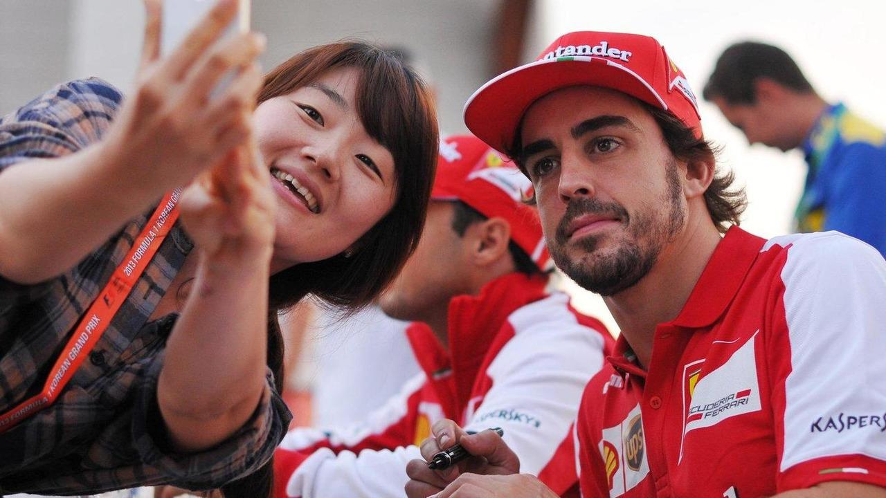 Fernando Alonso signs autographs for the fans 05.10.2013 Korean Grand Prix
