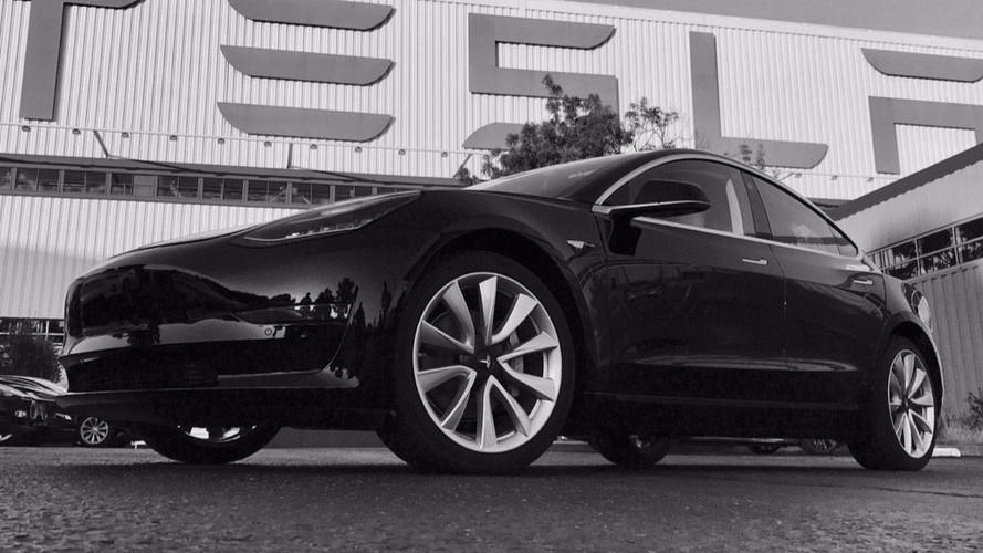 Fotókon az egyes szériaszámú Tesla Model 3!