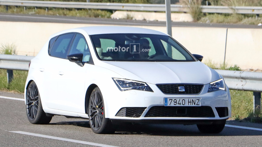Photos espion - La nouvelle SEAT León Cupra restylée surprise sur la route !