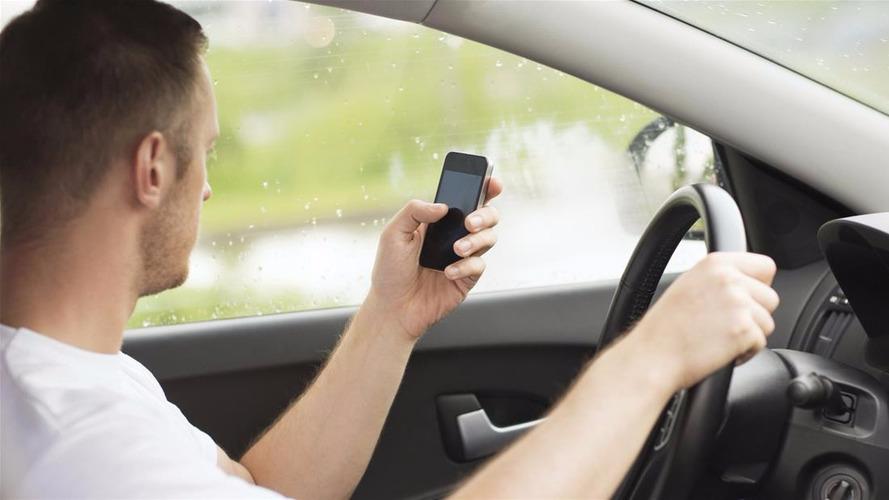 L'utilisation du portable interdite en voiture, même à l'arrêt!