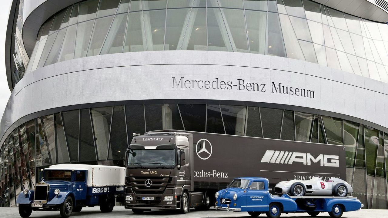 "The classic Lo2750 from the 1930s and the replica of ""The Blue Wonder"" from the 1950s flank the current Mercedes-Benz Actros."