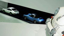 The exhibition: the Porsche 911 Carrera RS 2.7 Coupé, 1973 (white) and the Porsche 911 S 2.2 Targa, 1970 (blue)