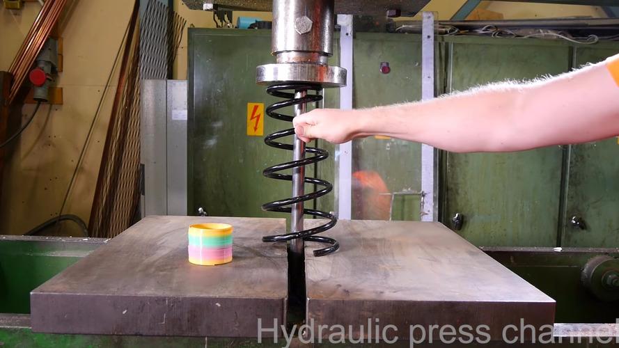Çılgın Finlandiyalı hidrolik pres makinasında bobin yayını eziyor
