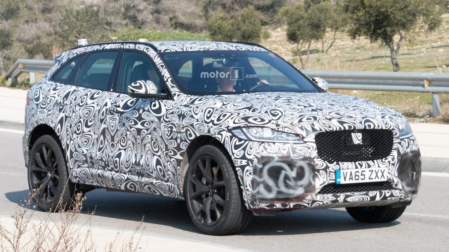 Jaguar F-Pace SVR üzerine rahat bir şeyler giymiş