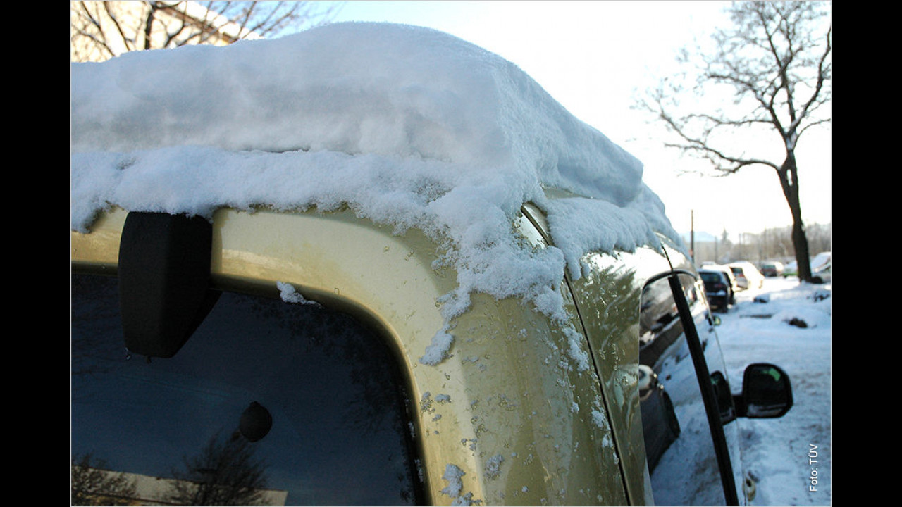 Schnee auf dem Autodach