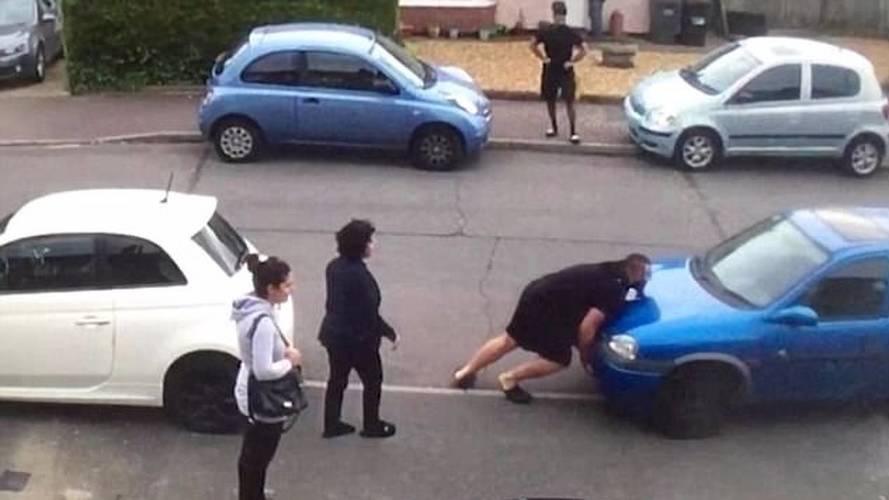 VIDÉO - Il déplace une voiture à la force de ses bras