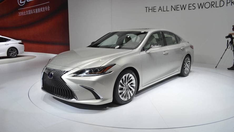 2019 lexus es debuts with larger size but sleeker look. Black Bedroom Furniture Sets. Home Design Ideas