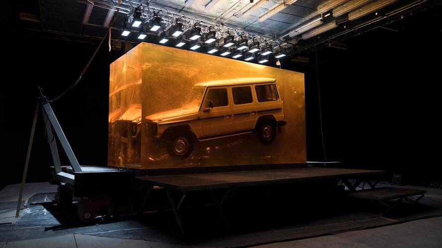 44.4 tonna műgyanta, benne egy 1979-es Mercedes 280 GE