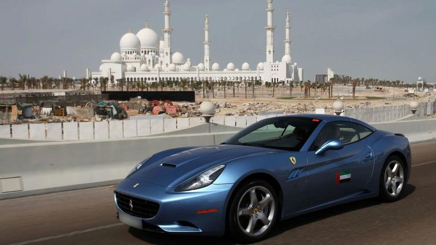 Parade of Ferraris through the Emirates [Video]