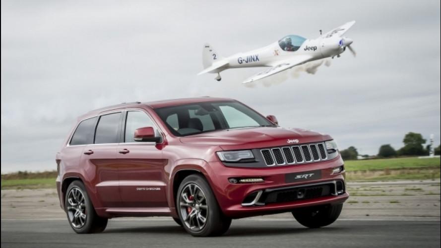 La Jeep Grand Cherokee SRT è più veloce di un aereo [VIDEO]