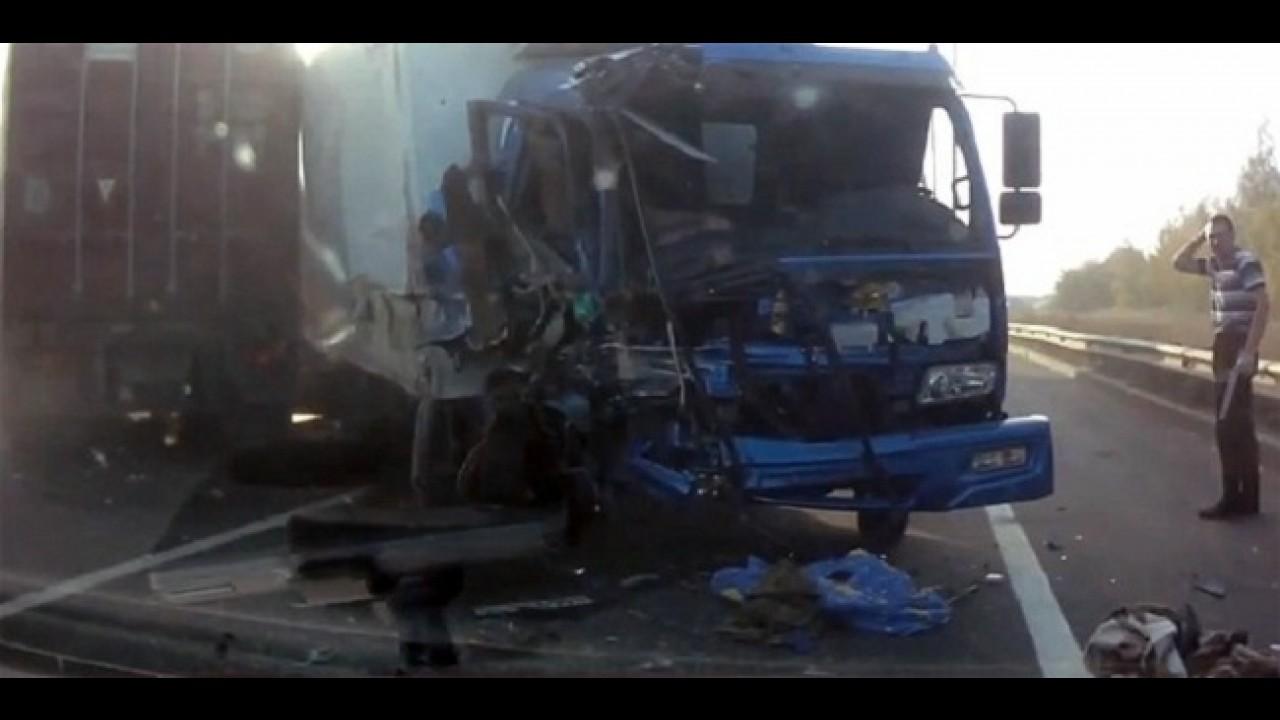 VÍDEO: Caminhoneiro russo escapa da morte