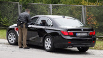 2012 BMW 7-Series facelifted spied police stop 09.09.2011