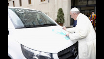Papa Francesco benedice un Mercedes Vito