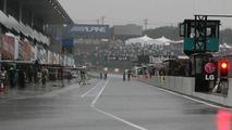 Pitlane during qualifying - Formula 1 World Championship, Rd 16, Japanese Grand Prix, Saturday Qualifying, 09.10.2010 Suzuka, Japan