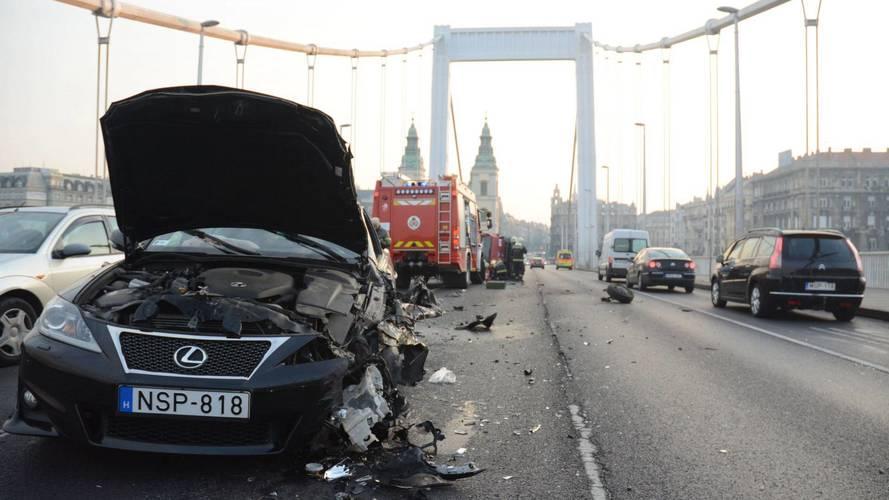 Fotók az Ezsébet-hídon történt négyes karambolról