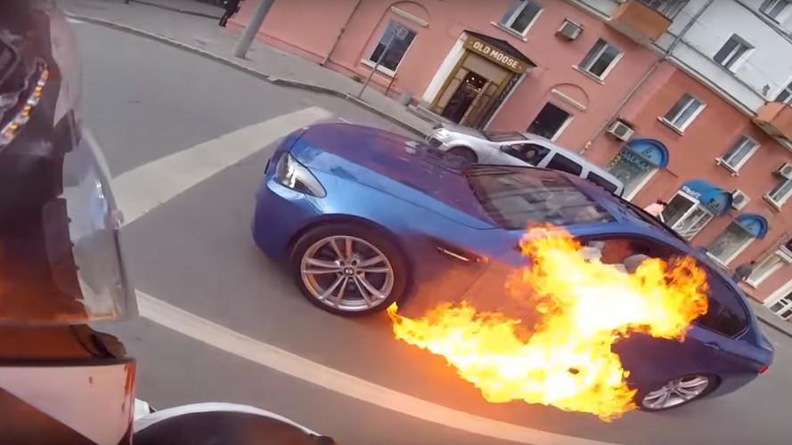 VIDÉO - Une BMW M5 F10 prend feu dans une avenue