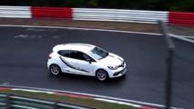 Nurburgring halk günü Clio kazadan son anda kurtuldu
