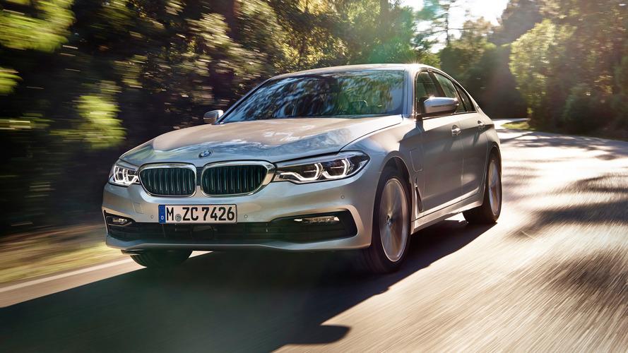 A BMW 530e iPerformance kapja meg a világ első vezeték nélküli töltési rendszerét