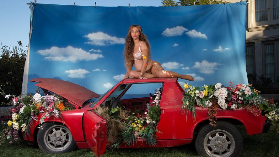 Beyonce hamileliğini, eski Porsche 914'ün üstünde gösterdi