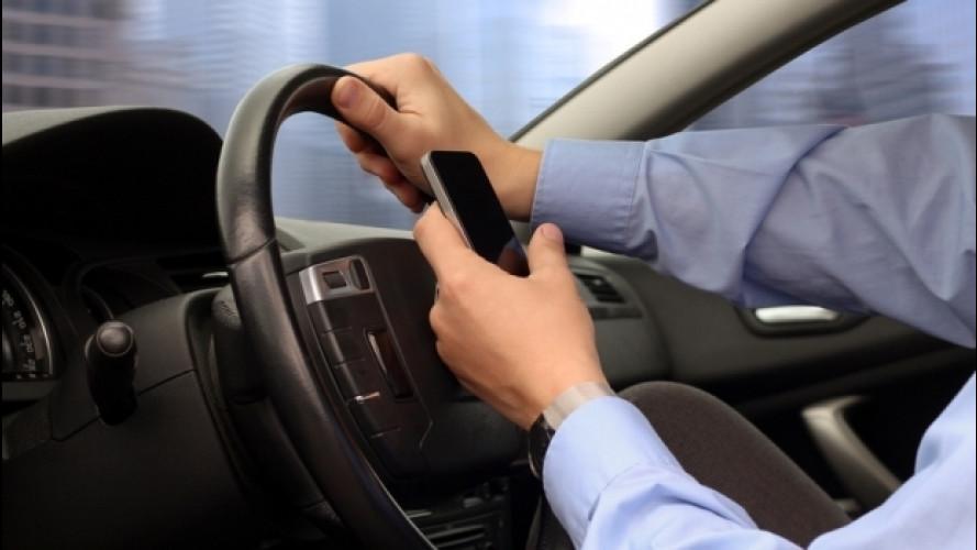 Ritiro patente per guida con smartphone in mano, il Governo accelera