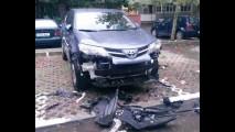 Bizarro: cães famintos devoram para-choque de Toyota RAV4