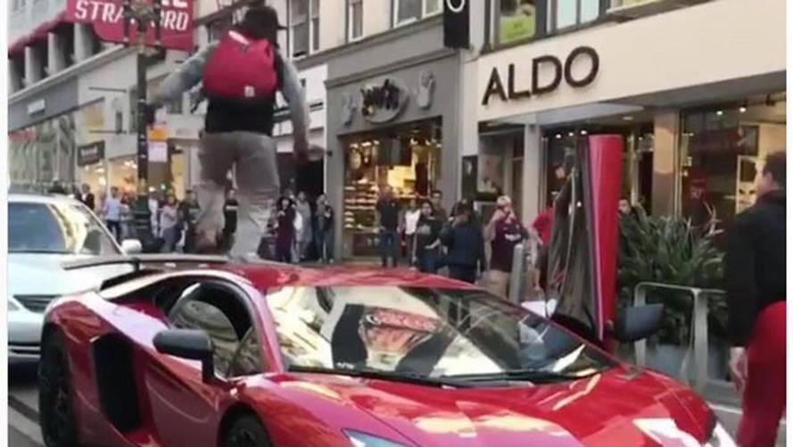 Aventador SV'nin üzerine çıkan çılgın adam